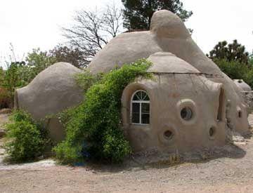 Une maison en sacs de terre terra sophia la sagesse de for Construire une maison ronde